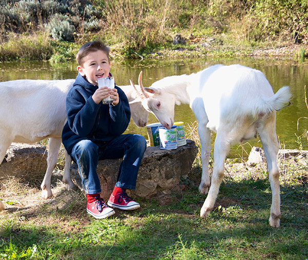 Kind mit Ziege und Bambinchen Produkten - Blauer Planet GmbH